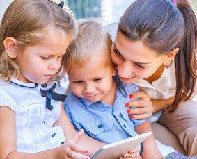 Bild von Babysitter mit Kindern