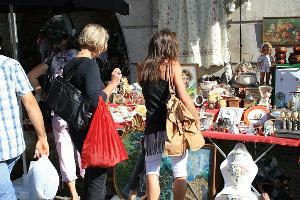 Bild Flohmarktstand mit Menschen