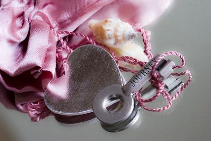 Verschenken Sie den Schlüssel zu Ihrem Herzen nicht leichtfertig - prüfen Sie unbekannte Kontaktanfragen auf Herz und Nieren.