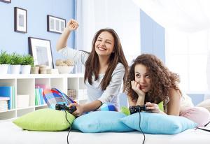 Bild Frauen spielen mit der Xbox One