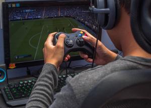 Bild Junger Mann spielt Xbox 360