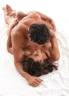Mann küsst Frau