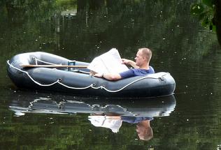 Bild Mann in Schlauchboot