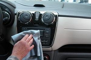 Bild Auto Amaturenbrett wird gereinigt