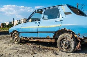 Bild blaues kaputtes Auto