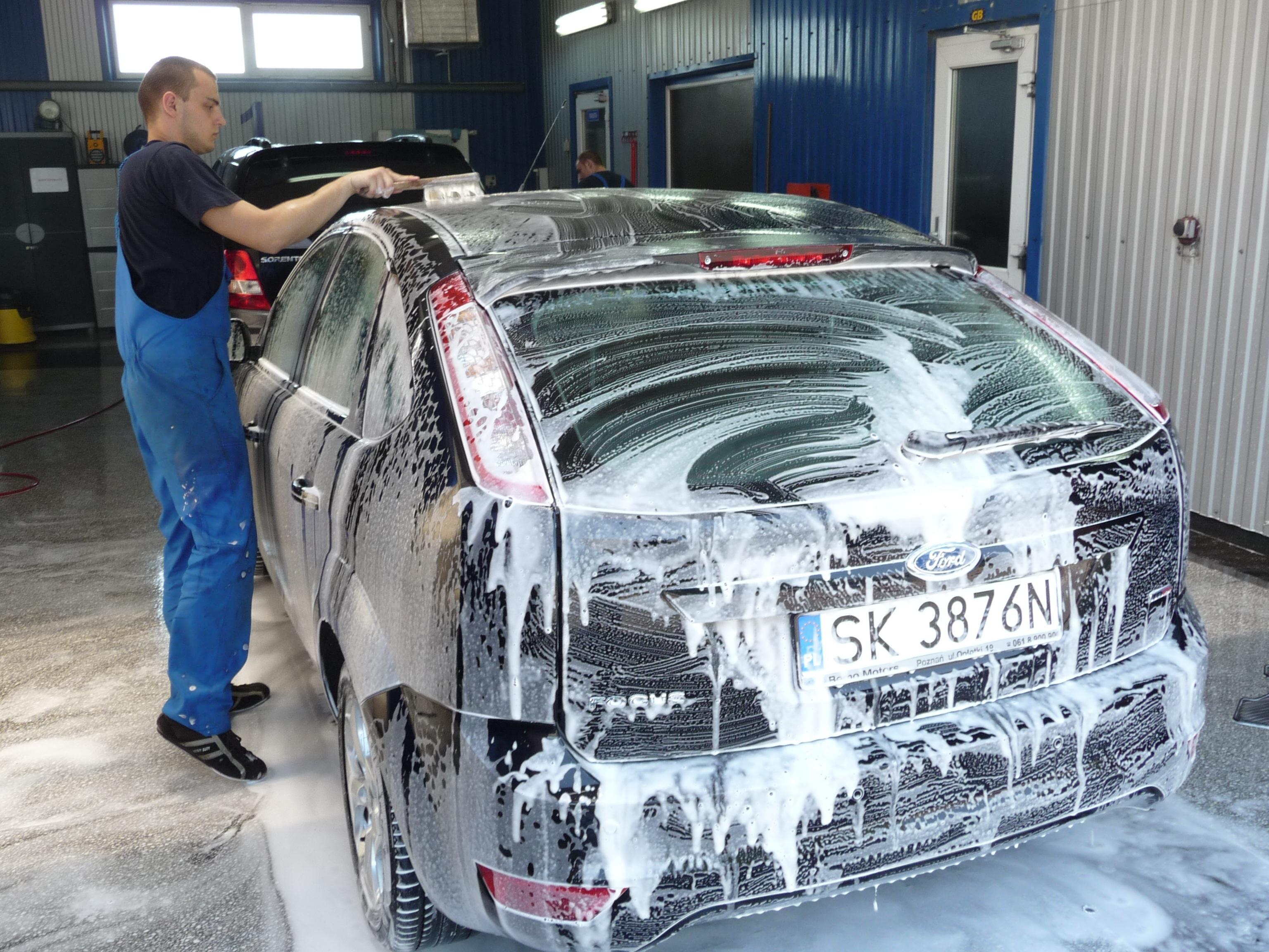 Bild Mann wäscht Auto