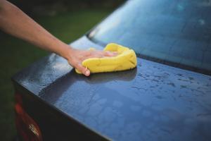 Bild Auto mit Schwamm waschen