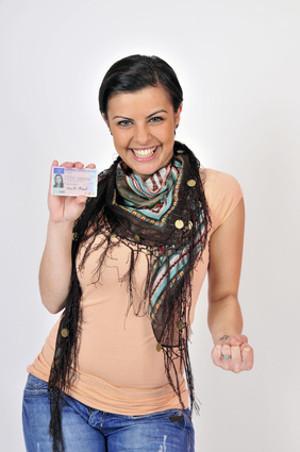 Bild Frau hält Führerschein in der Hand