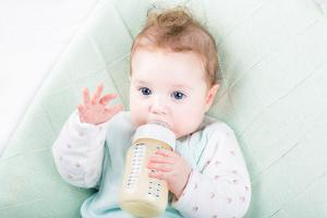 Bild Baby mit Flasche