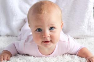 Baby lächelt in die Kamera