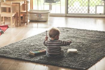 Bild Baby spielt auf Teppich