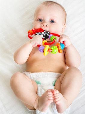 Bild von Baby mit Beißring