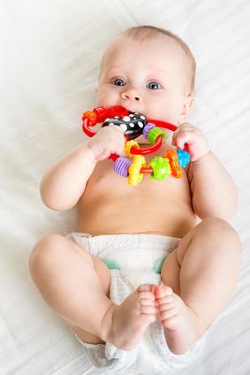 Bild Baby in Windeln mit Beißring