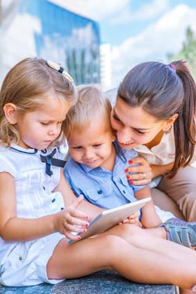 Babysitterin kümmert sich um zwei Kinder