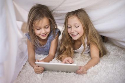 Kinder spielen mit Tablet