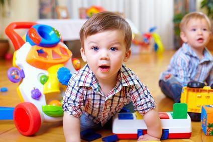 Bild von Kleinkind beim Spielen