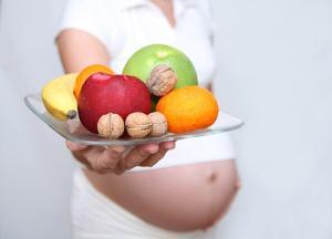 Bild Schwangere mit Obst und Nüssen