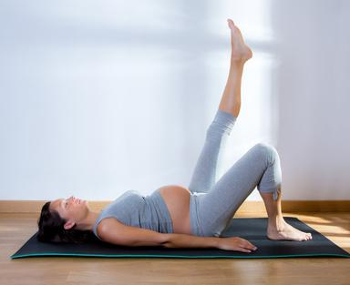 Bild schwangere Frau macht Yoga