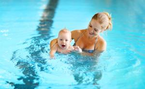 Mutter und Baby beim Babyschwimmen