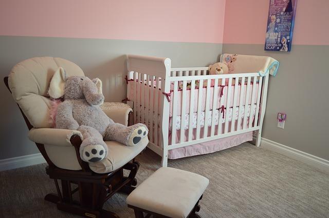 Bild Sessel neben dem Babybett