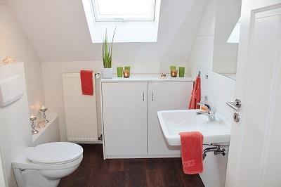 kleines Bad mit großen hellen Fliesen
