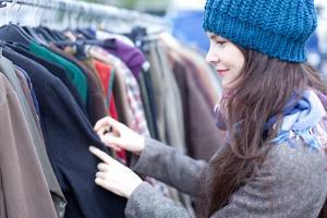 Frau an Klamottenständer