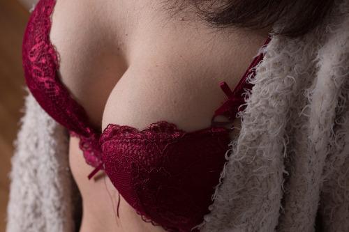 Frau in rotem BH