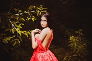 Frau mit Kleid im Wald