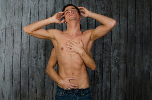 Junger Mann halbnackt