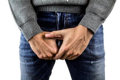 Mann mit Hand vor Hose