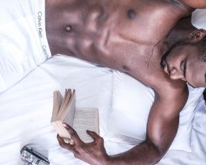 Sexy Mann auf Bett
