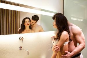 Mann und Frau im Badezimmer