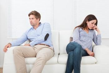 Streitendes paar auf Couch