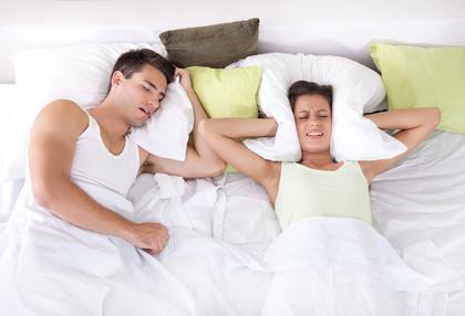 Verärgerte Frau im Bett