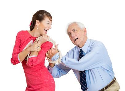 Frau verführt älteren Mann