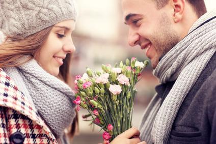 Bild Frau bekommt Blumen vom Partner