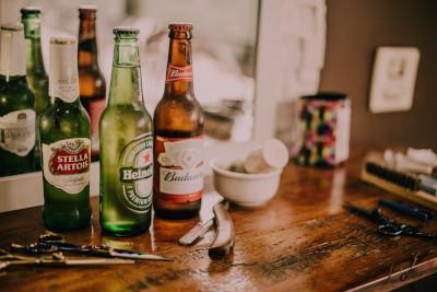 Bierflaschen an der Bar