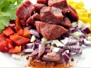 Fleisch mit Zwiebeln und Paprika