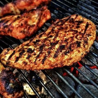 Fleisch auf Rost beim Grillen