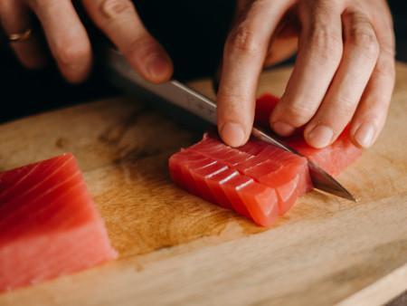 klein geschnittener Thunfisch