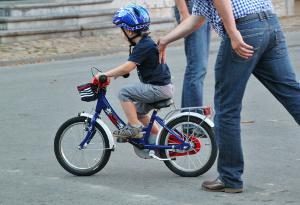 Erste Fahrversuche mit Kinderfahrrad