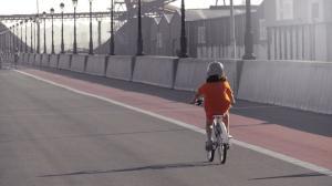 Kind fährt auf der Straße