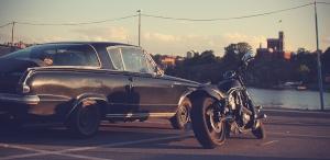 Auto und Motorrad auf Parkplatz