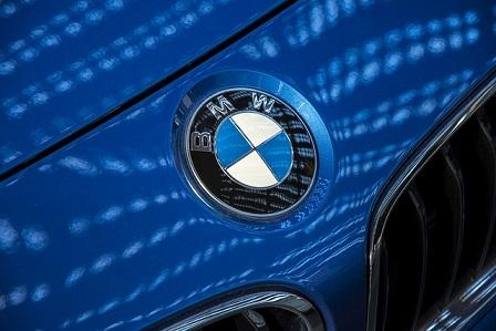 Bild blauer 5er BMW Logo