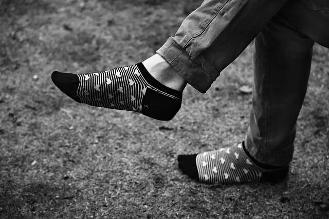 Getragene Socken an Männerfüßen