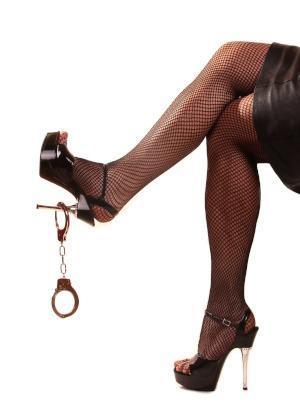 Frau High Heels mit Handschelle