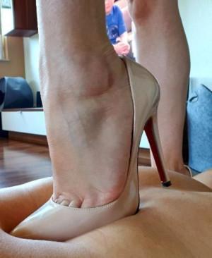 Trampling mit High Heels auf Rücken