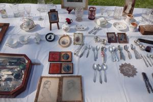 Antiquitäten liegen zum Verkauf bereit