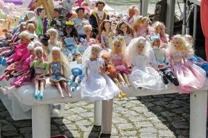 Bild Barbie Puppen auf Flohmarkt