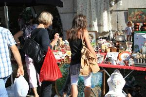 Bild von Menschen Flohmarktständen
